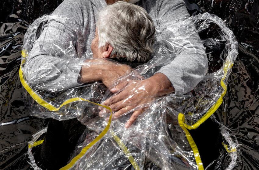 El abrazo de una enfermera en pandemia, la imagen ganadora del World Press Photo