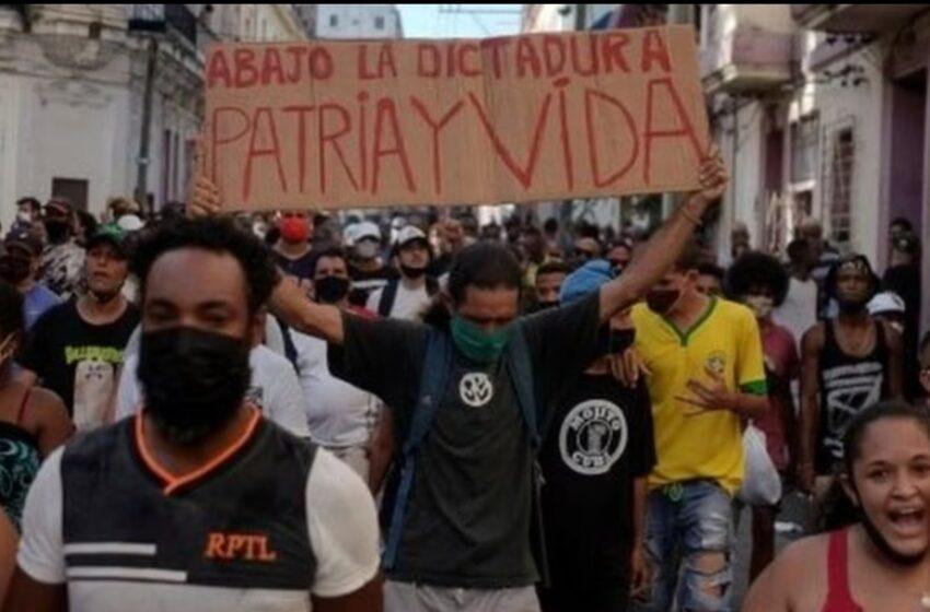 """Protestas en Cuba: de dónde surgió el lema """"Patria y vida"""" que se usa en las manifestaciones contra el gobierno"""